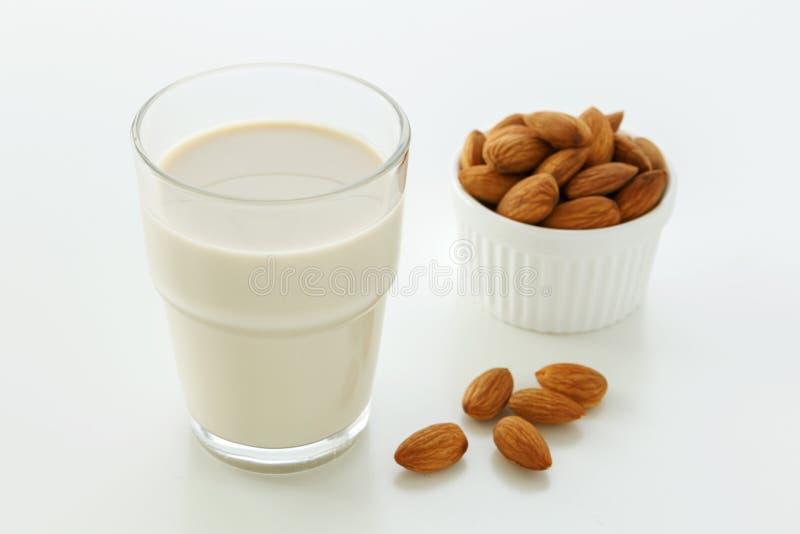 Молоко миндалины в стекле стоковое фото