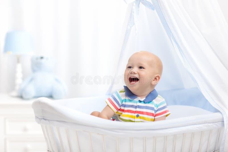 молоко младенца выпивая Мальчик с бутылкой формулы в кровати стоковое изображение