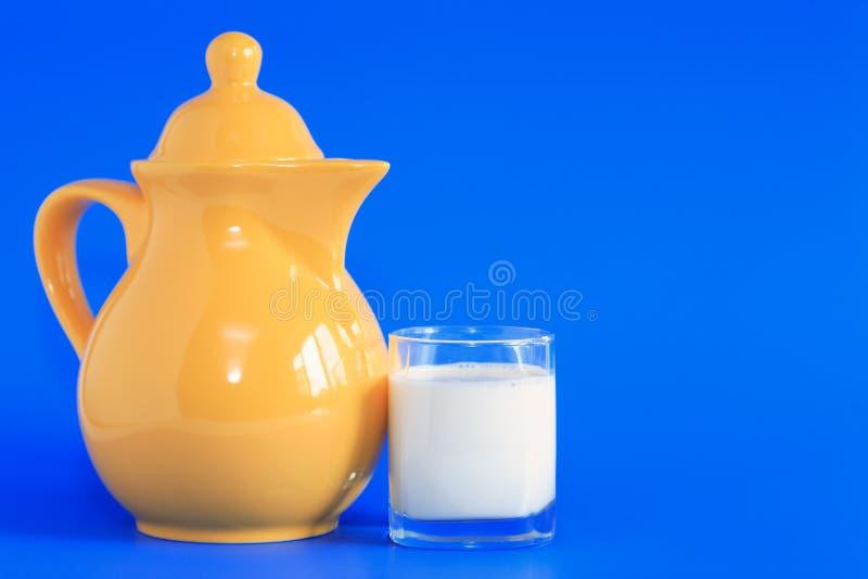 Молоко на сини стоковая фотография rf