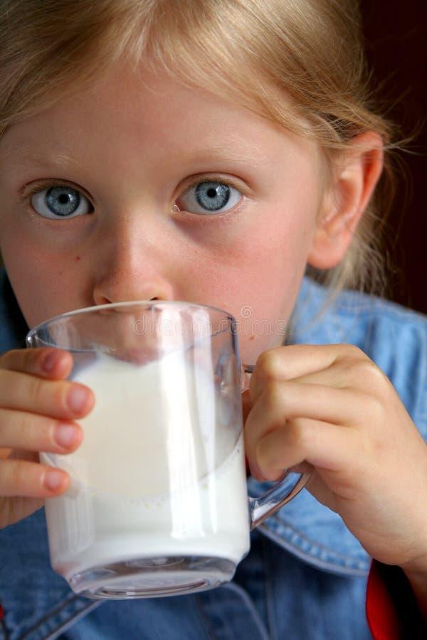 молоко питья стоковое фото rf
