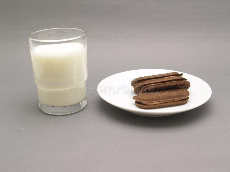 молоко стекла шоколада печениь стоковые фотографии rf