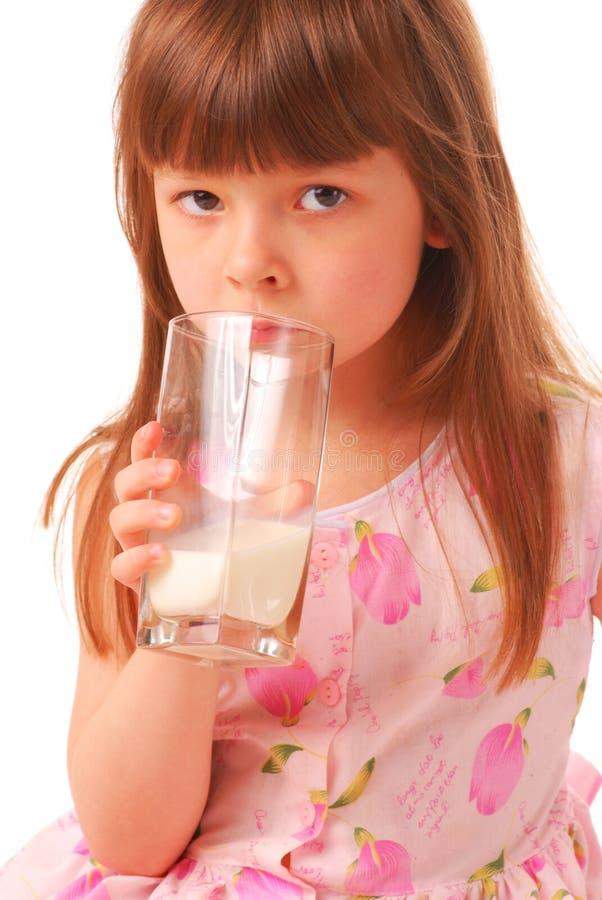 молоко удерживания девушки стеклянное стоковое изображение