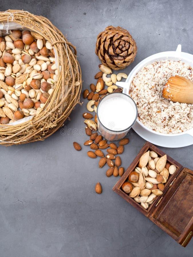 Молоко Vegan от гаек в стекле с различными гайками Органический здоровый вегетарианец vegan закуски стоковая фотография rf
