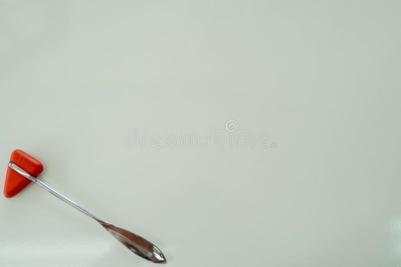 Молоток выстукивания на белой таблице стоковые изображения rf