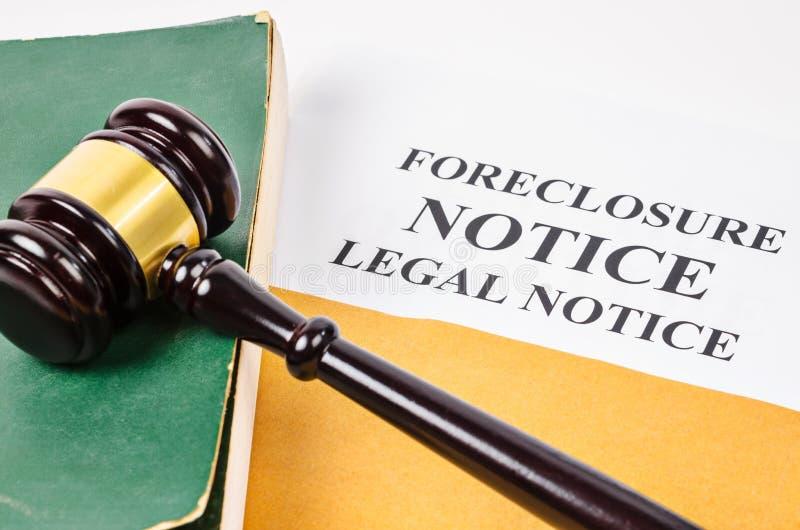 Молоток и документ извещении о лишения права выкупа стоковые фотографии rf