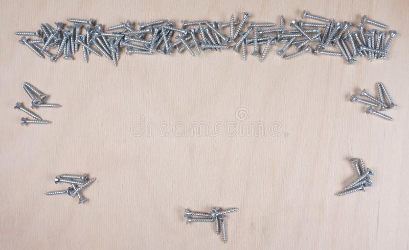 Молоток и ногти на деревянной предпосылке с космосом для вашего собственного текста для приглашения для мастерской etc стоковое фото rf