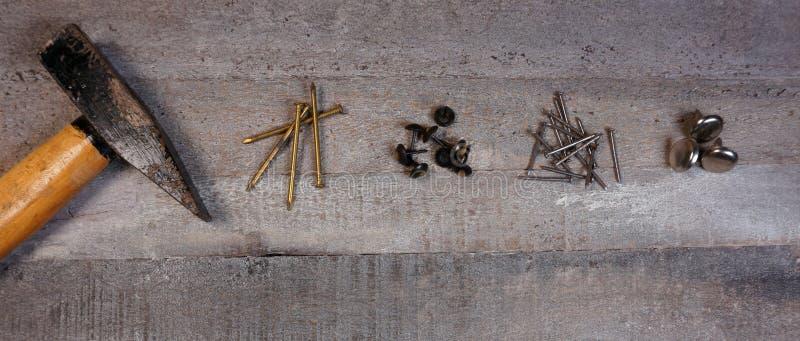 Молоток и ногти на естественной деревянной предпосылке с космосом экземпляра для вашего собственного текста стоковые фотографии rf