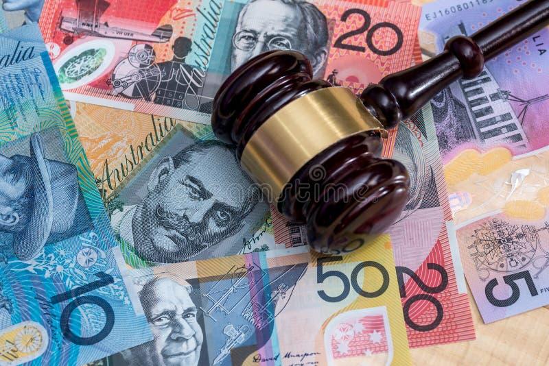 Молоток на банкнотах австралийского доллара, крупный план судьи стоковое фото rf