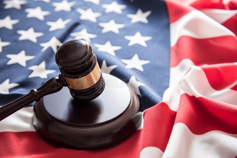 Молоток правосудия молотка на предпосылке флага США стоковое фото