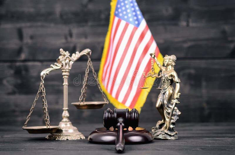 Молоток судьи, дама Правосудие, весы правосудия и США сигнализируют стоковое фото rf