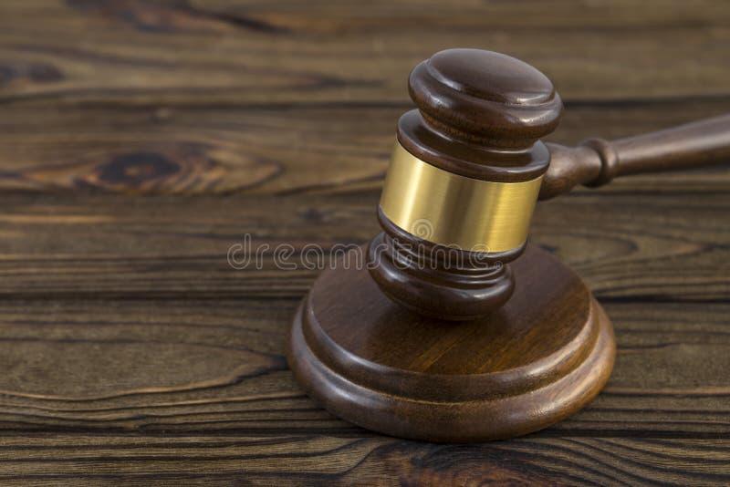 Молоток судьи на деревянном столе стоковое изображение rf