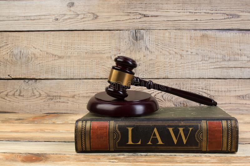 Молоток судьи на книге на деревянном столе правосудие и концепция закона стоковые изображения rf