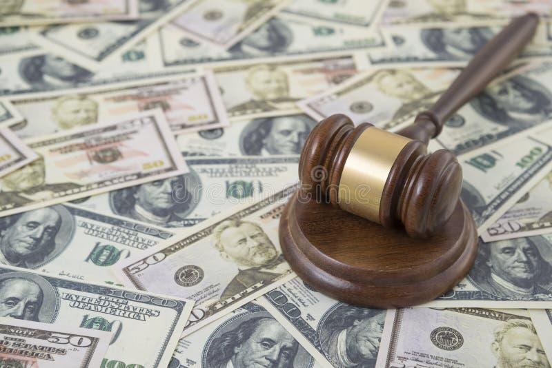 Молоток судьи на предпосылке банкнот доллара денег стоковые изображения rf