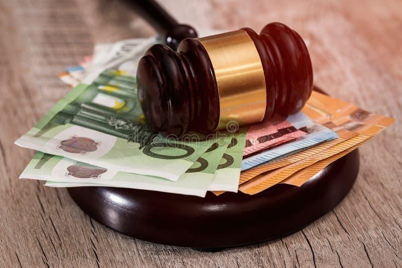 Молоток судьи на стоге банкнот евро стоковое изображение