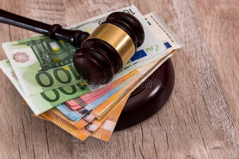 Молоток судьи на стоге банкнот евро стоковые фото