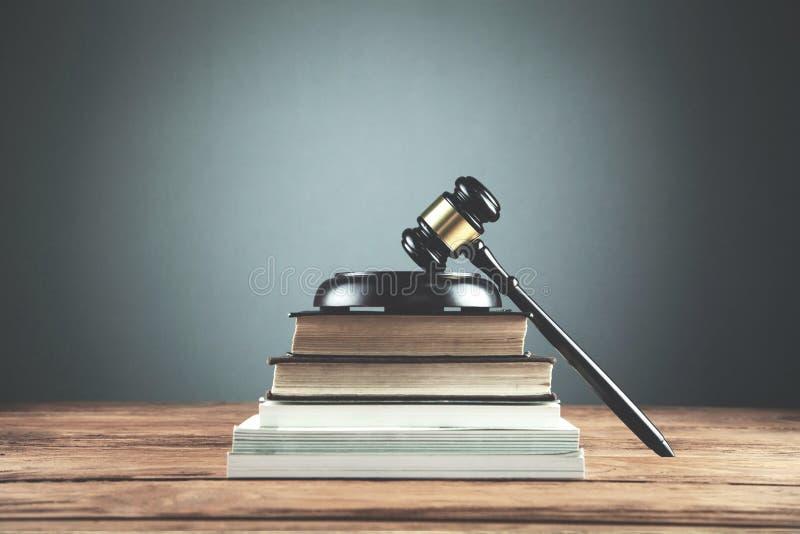 Молоток судьи с книгами по праву на деревянном столе Закон и правосудие conc стоковое фото