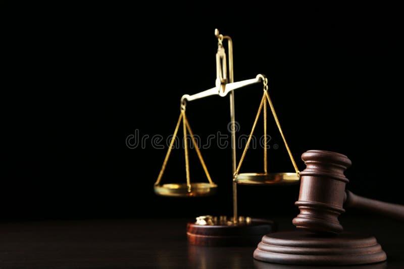 Молоток судьи с масштабами стоковые изображения