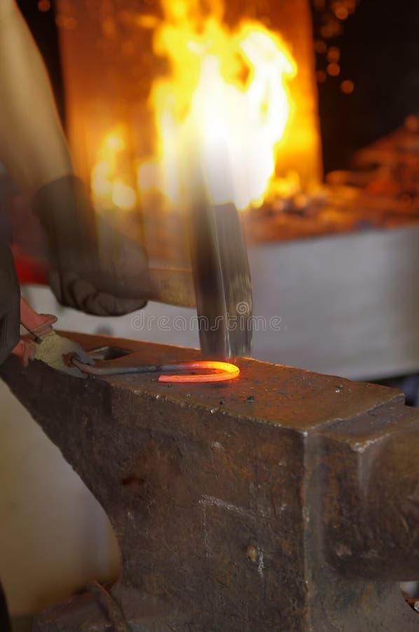 молоток blacksmith его деятельность стоковое изображение rf