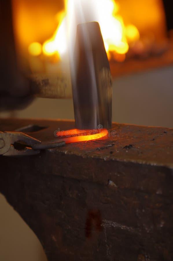 молоток blacksmith его деятельность стоковые фотографии rf