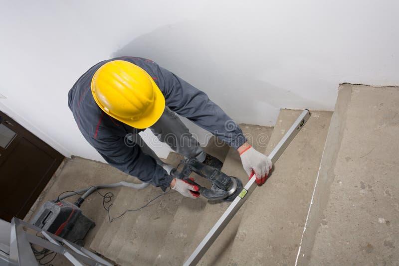 Молоть лестниц, молоть конкретной и проверяя выровненности стоковое изображение rf