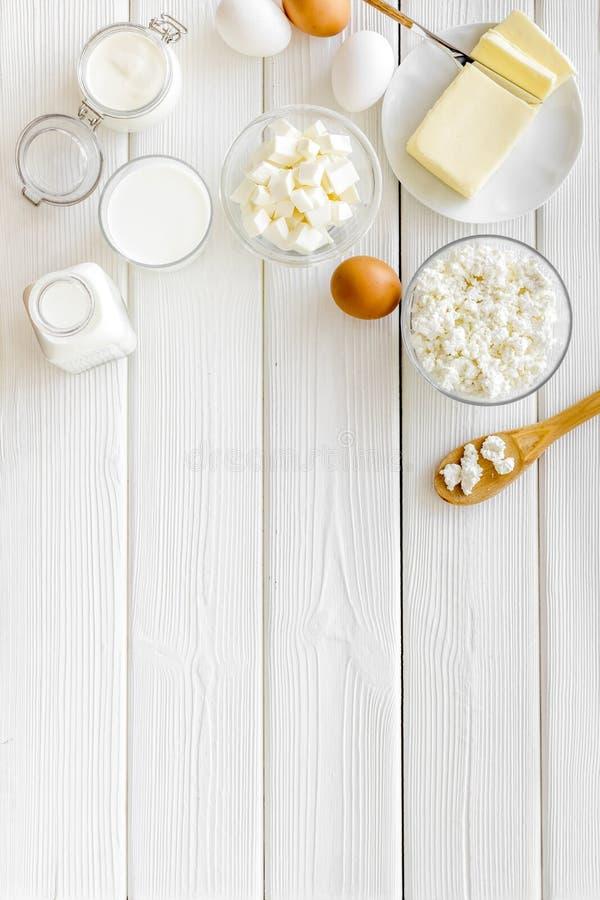 Молочные продучты от фермы с молоком, яйца, коттедж, масло, yougurt на белом деревянном модель-макете взгляда сверху предпосылки стоковая фотография