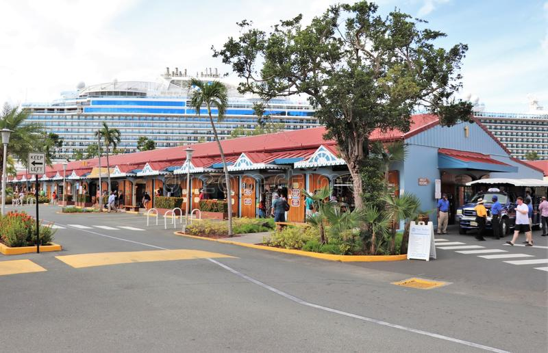 Мол Havensight в St. Thomas, США Виргинских островах - 12/13/17 - торговый участок мола Havensight в стержне порта круиза в Th St стоковая фотография