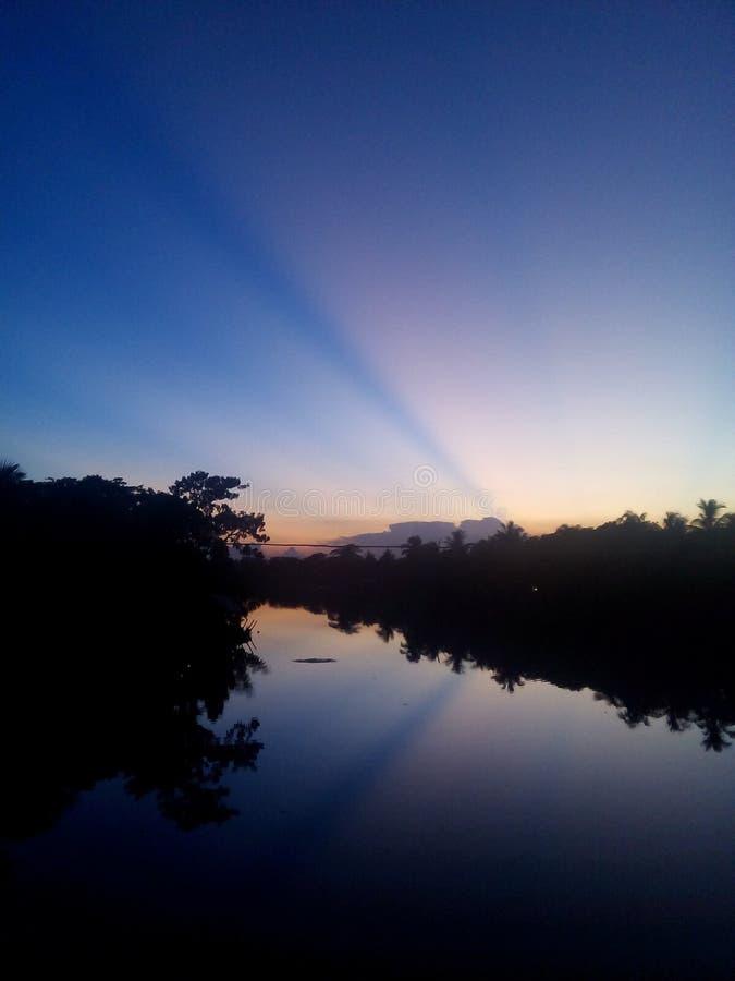 момент захода солнца в реке стоковое фото rf
