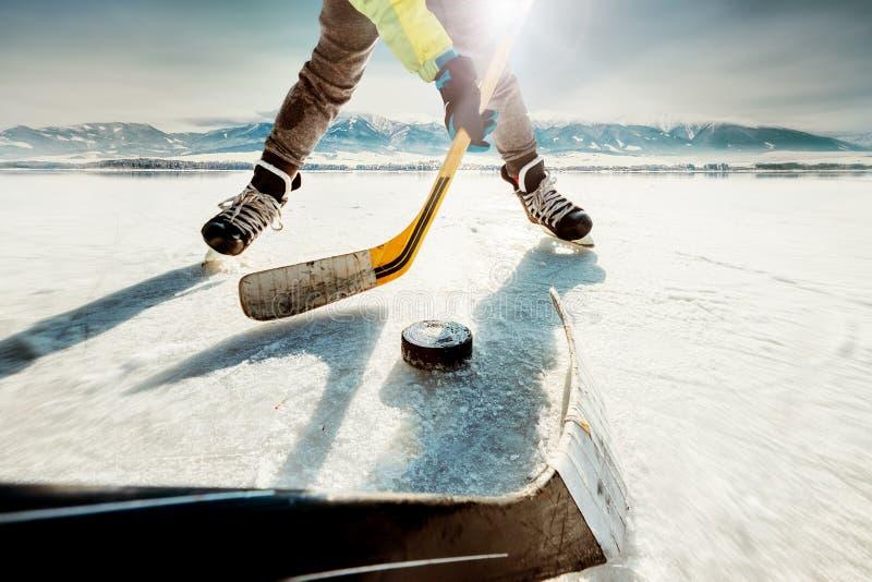 Момент игры хоккея на льде стоковые фотографии rf