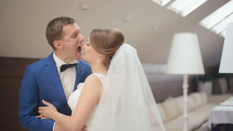 Момент конца-вверх смешной groom и невесты мягко усмехаясь и flirting друг с другом Роскошная предпосылка кафа акции видеоматериалы