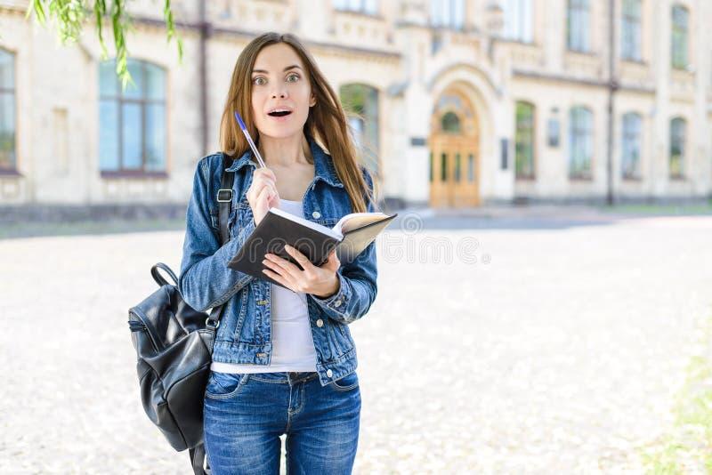 Момент Aha! Испытайте концепцию людей новизны эмоции ответа хорошую Портрет фото удивленного excited жизнерадостного радостного у стоковая фотография rf