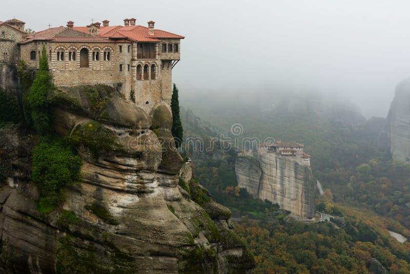 Монастыри на Meteora - Roussanou и Varlaam стоковое изображение