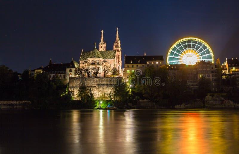 Монастырская церковь Базеля над Рейном к ноча - Швейцарией стоковая фотография