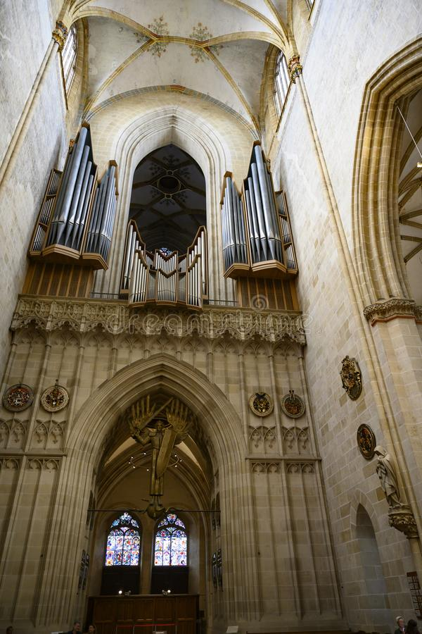 Монастырская церковь Ulm, собор Ulm, внутри взгляда к органу и красочному окну стоковые фотографии rf