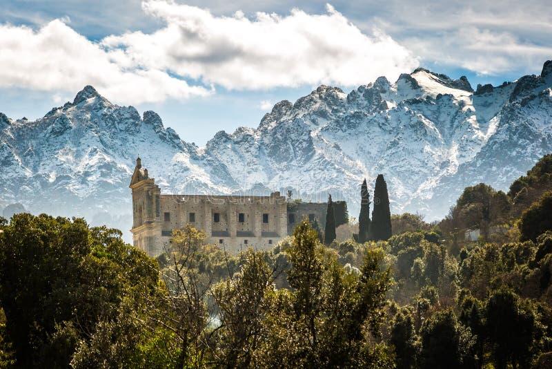 Монастырь и горы Сан Francesco на Castifao в Корсике стоковые фото