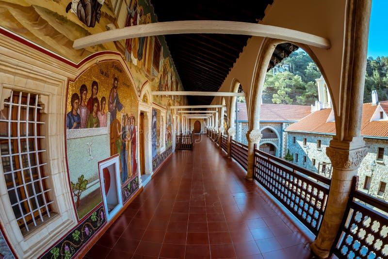Монастырь монастыря Kykkos в горах Troodos и дворе Район Paphos, Кипр стоковая фотография rf