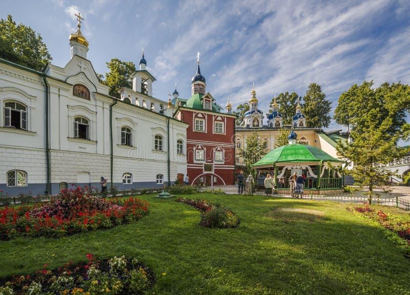 Монастырь Псков-пещер Dormition Церковь аннунциации и стоковые фотографии rf