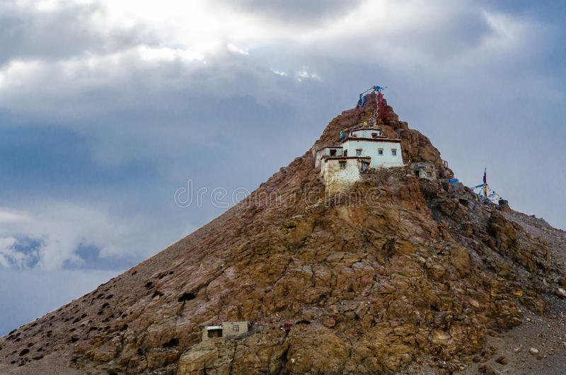 Монастырь Chiu на озере Manasarovar стоковые изображения