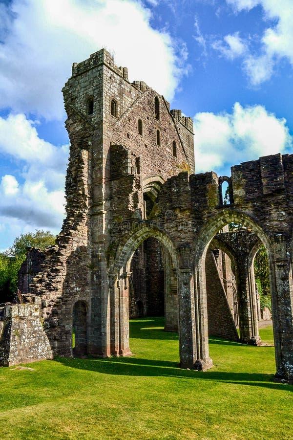 Монастырь Llanthony, маяки Brecon, Уэльс, Великобритания стоковые фотографии rf