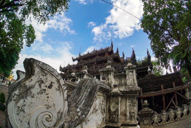 МОНАСТЫРЬ Shwenandaw Kyaung БУДДИЙСКИЙ, Мандалай стоковое изображение rf
