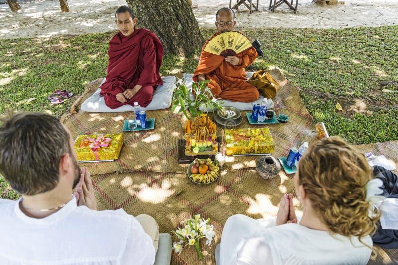 Монахи благословляя буддийскую свадебную церемонию в Камбодже стоковые изображения