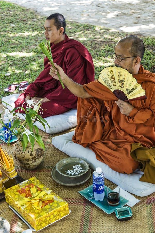 Монахи благословляя буддийскую свадебную церемонию в Камбодже стоковое фото