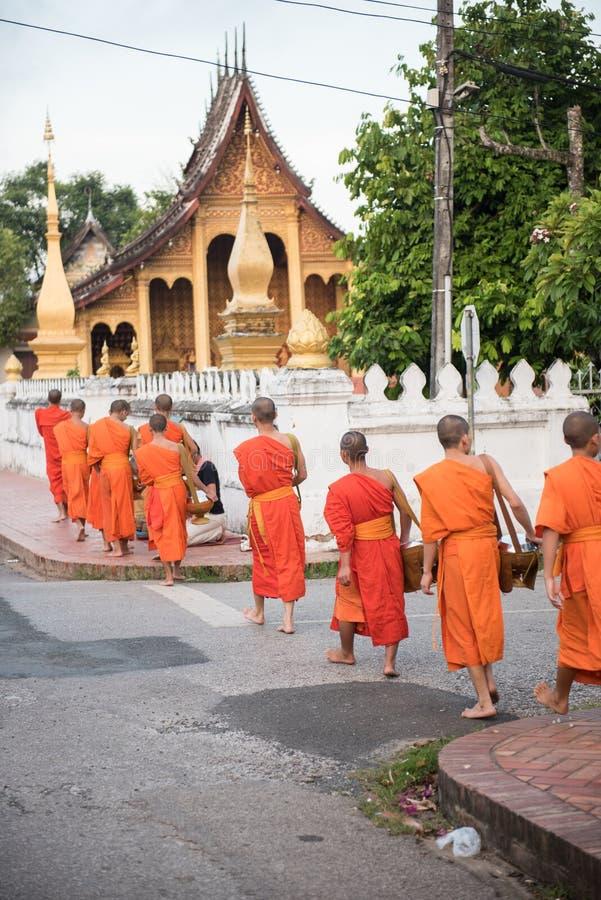 Монахи входя в ремень Wat Xieng стоковое фото rf
