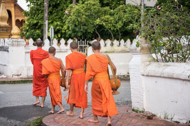 Монахи в буддийской святыне стоковое фото