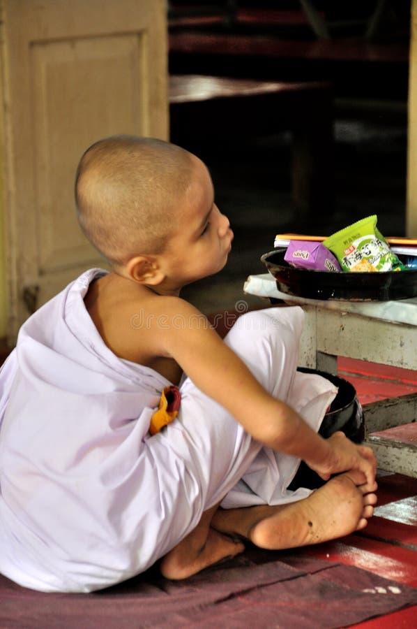 Монахи есть обед стоковые изображения