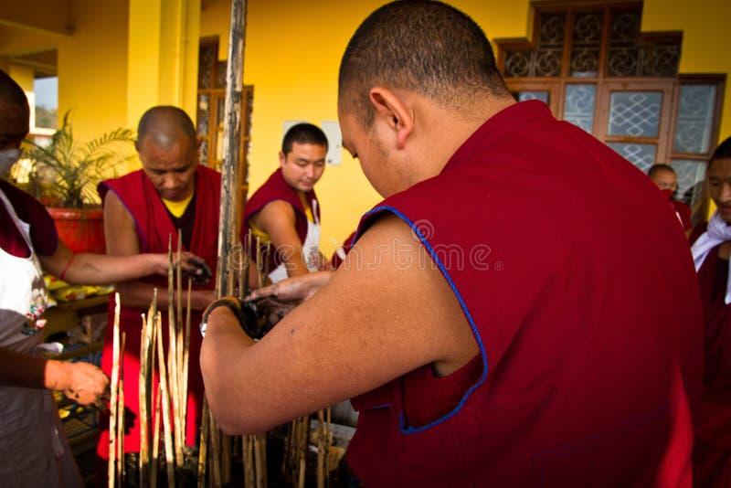 Монахи делая традиционные буддийские скульптуры, монастырь Gyuto, d стоковое фото rf