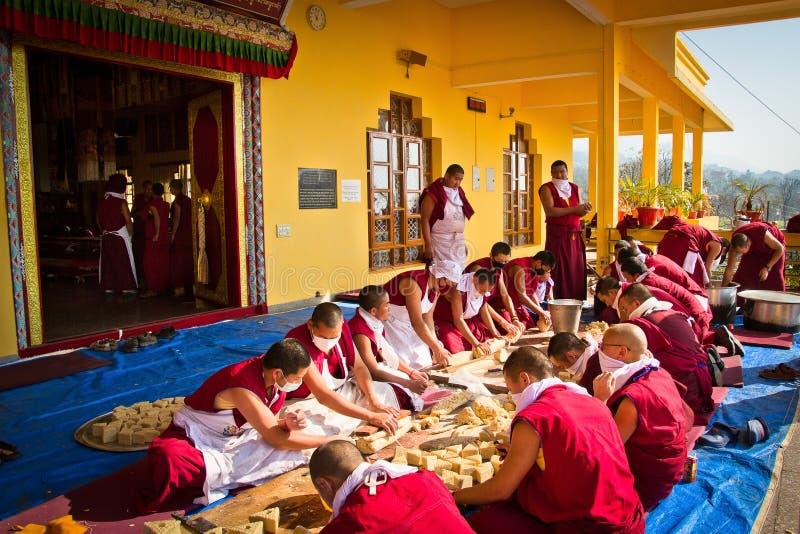 Монахи делая традиционные буддийские скульптуры, монастырь Gyuto, d стоковые фотографии rf