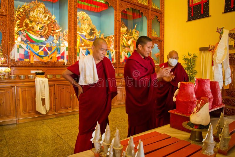 Монахи и свечи, монастырь Gyuto, Dharamshala, Индия стоковое фото rf