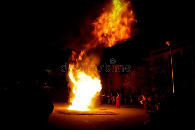 Монахи и церемониальный огонь, монастырь Gyuto, Dharamshala, Индия стоковое фото rf