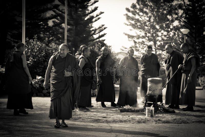 Монахи и церемониальный огонь, монастырь Gyuto, Dharamshala, Индия стоковые фото