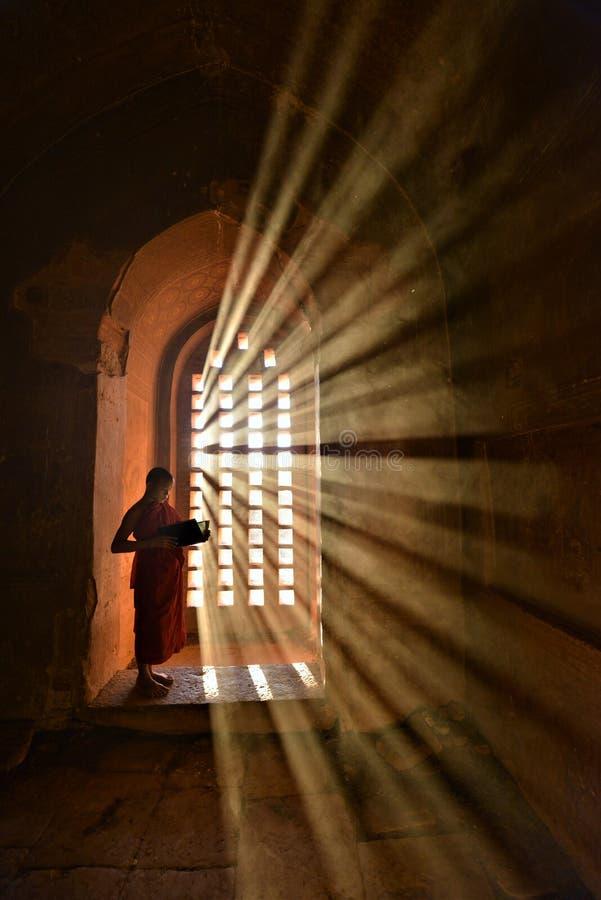 Монахи моля в виске в Мьянме стоковые изображения rf